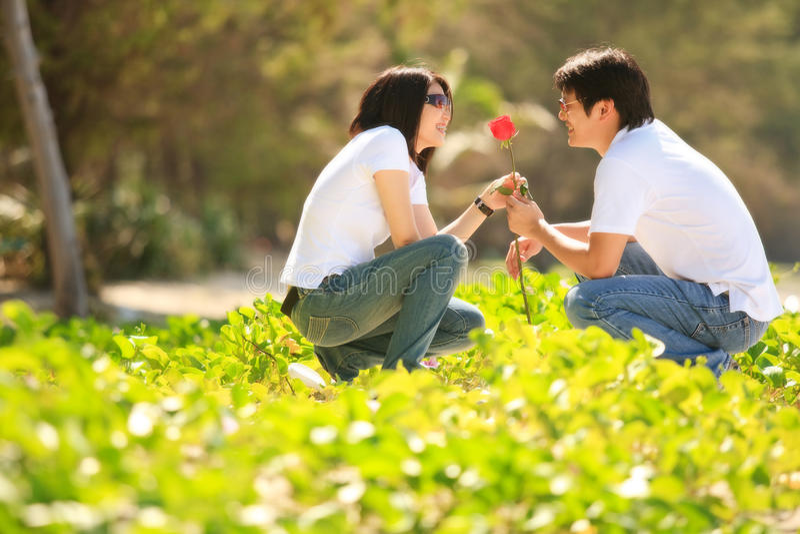 datera för par som är älskvärt fotografering för bildbyråer