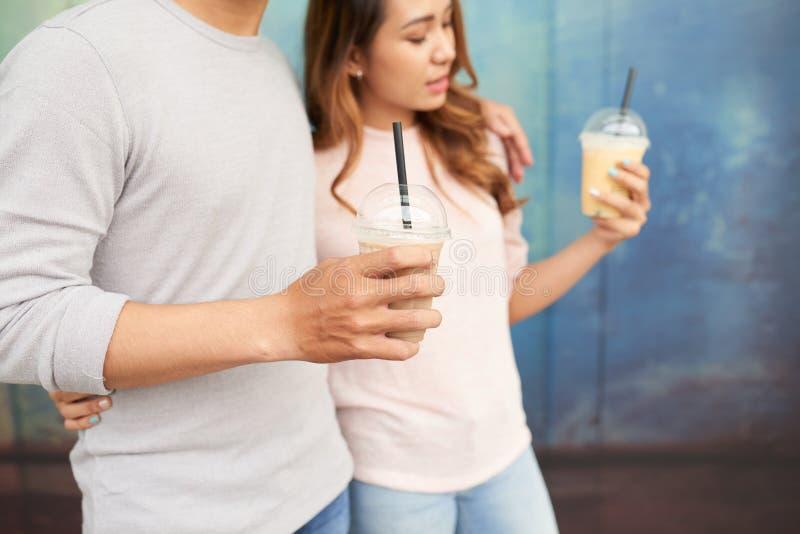 Datera par med milkshakar arkivfoto