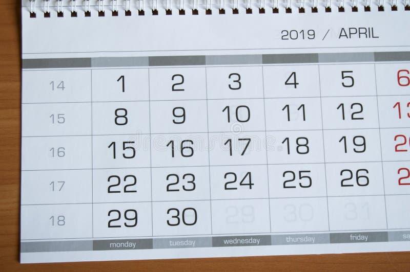 Dates de fond calendrier page en avril 2019, sur une table en bois images libres de droits