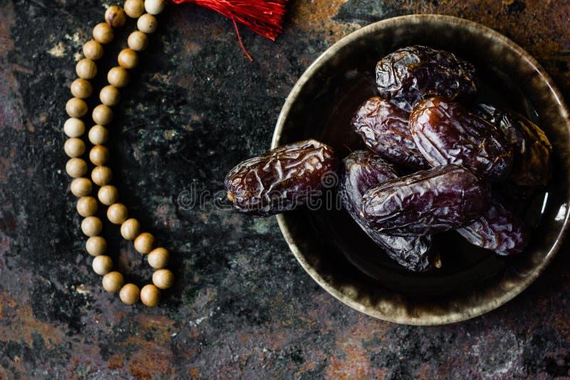 Dates et chapelet islamique comme symbole de Ramadan, motif photo libre de droits