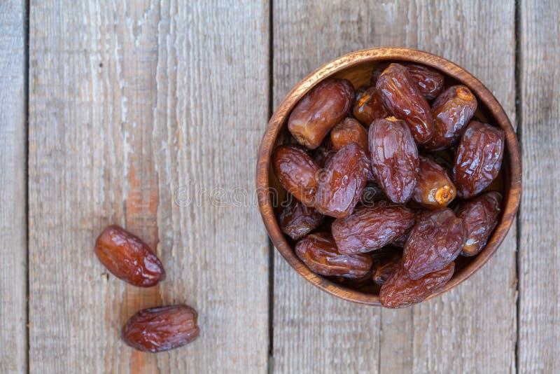 Dates royales fraîches de medjool dans la cuvette en bois photographie stock libre de droits