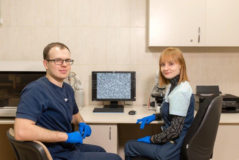 Dati di ricerca di laboratori da un microscopio r Scienza e concetto della medicina fotografie stock