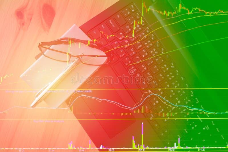 Dati di riserva del grafico del modello sul computer della tastiera fotografie stock