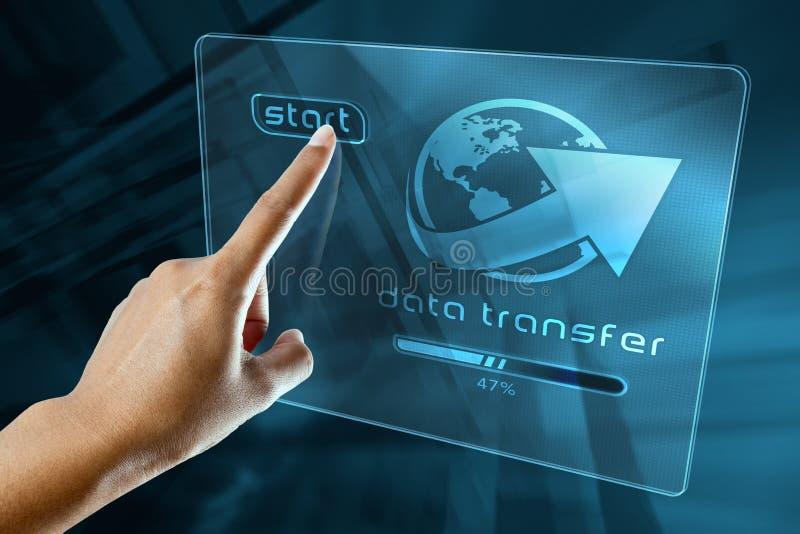 Dati di trasferimento su uno schermo digitale fotografia stock