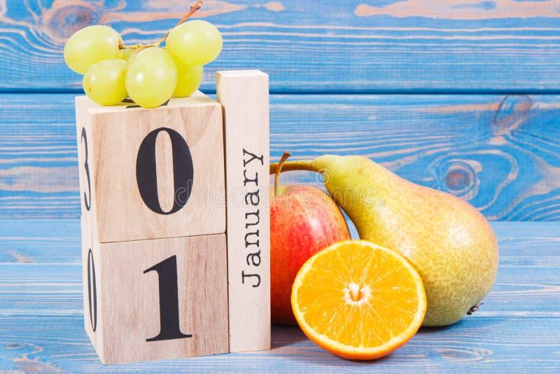 Dati il 1° gennaio sul calendario e sulla frutta fresca, nuovi anni di risoluzioni del concetto sano di nutrizione immagini stock