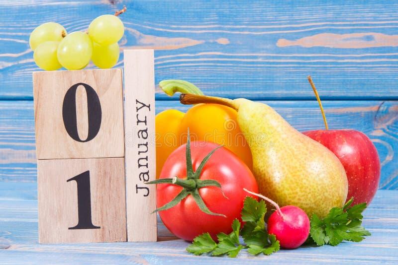 Dati il 1° gennaio sul calendario ed i frutti con le verdure, concetto dello stile di vita sano e del cibo durante il nuovo anno fotografie stock libere da diritti