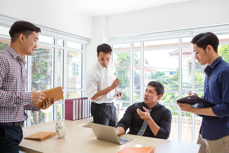 Dati plaining dell'uomo d'affari a sala riunioni Gente di affari di meeti fotografie stock