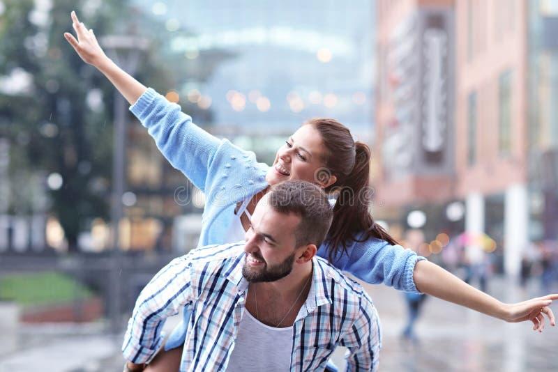 Datierung des glücklichen Paars in der Stadt stockfotografie