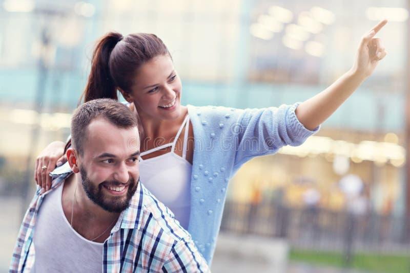 Datierung des glücklichen Paars in der Stadt lizenzfreies stockbild