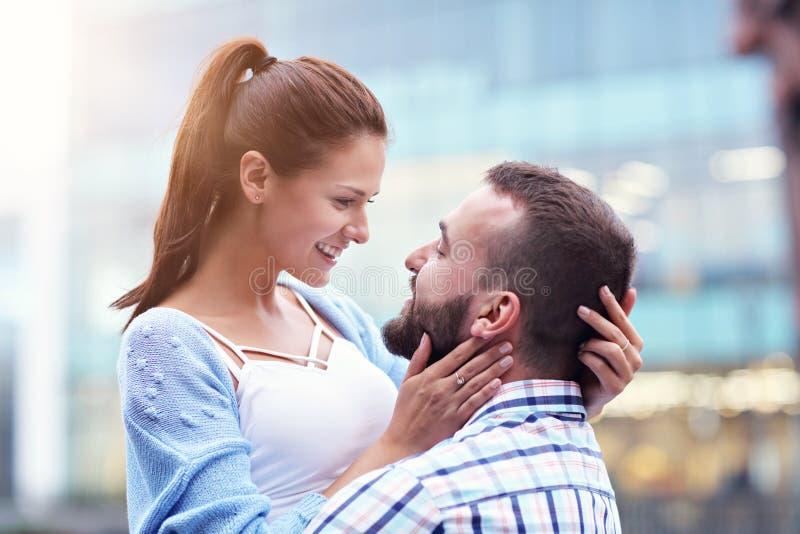 Datierung des glücklichen Paars in der Stadt lizenzfreies stockfoto