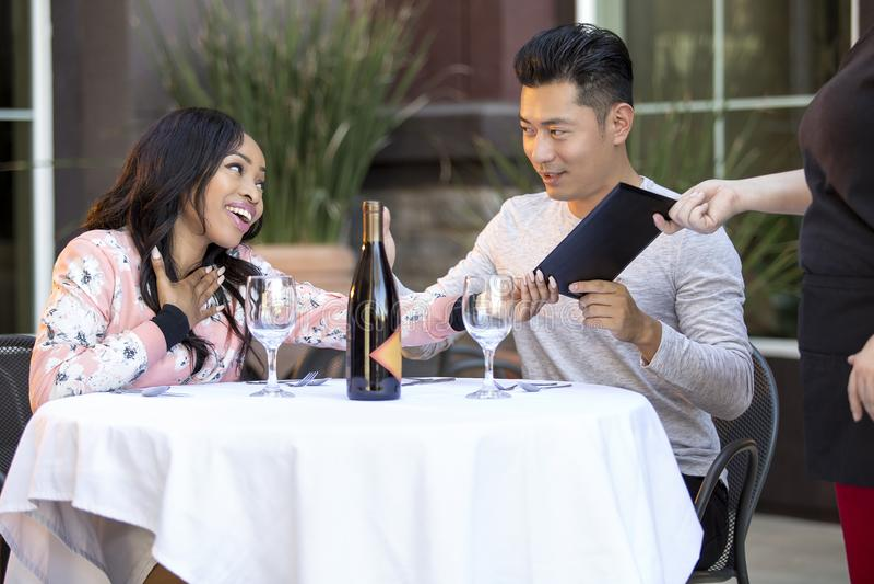 Datierungs-Paare, die an einem Restaurant zahlen stockbilder