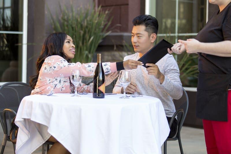 Datierungs-Paare, die an einem Restaurant zahlen lizenzfreies stockfoto