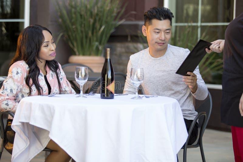 Datierungs-Paare, die an einem Restaurant zahlen stockfotografie
