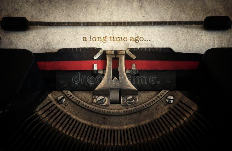 Datilografado há muito tempo na máquina velha da máquina de escrever do vintage S retro fotografia de stock