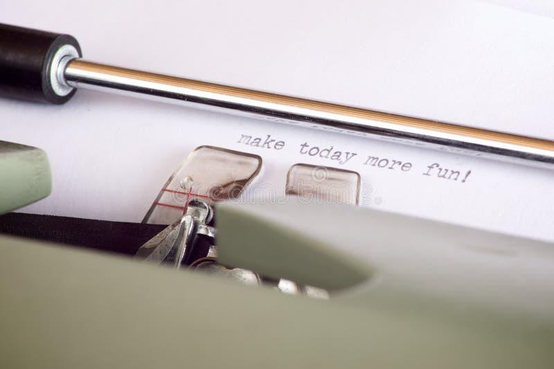 Datilografando uma sentença no papel com uma máquina de escrever imagens de stock