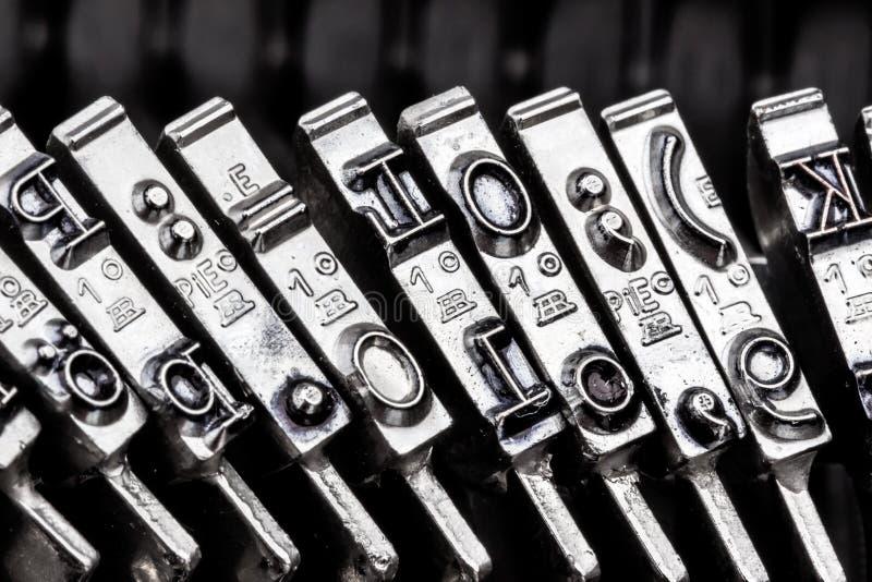 Datilografe uma máquina de escrever imagem de stock