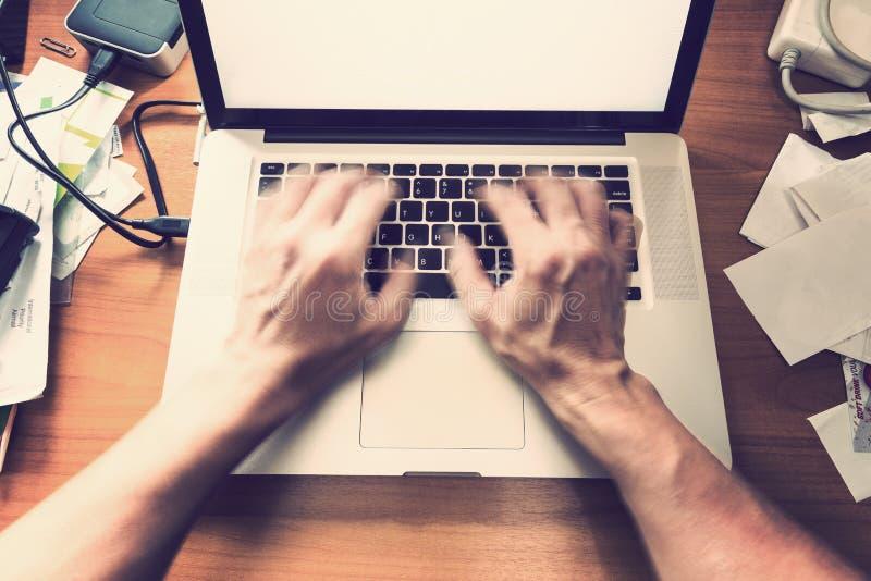 Datilografia masculina borrada das mãos, trabalhando no teclado de computador em ocupado imagens de stock royalty free