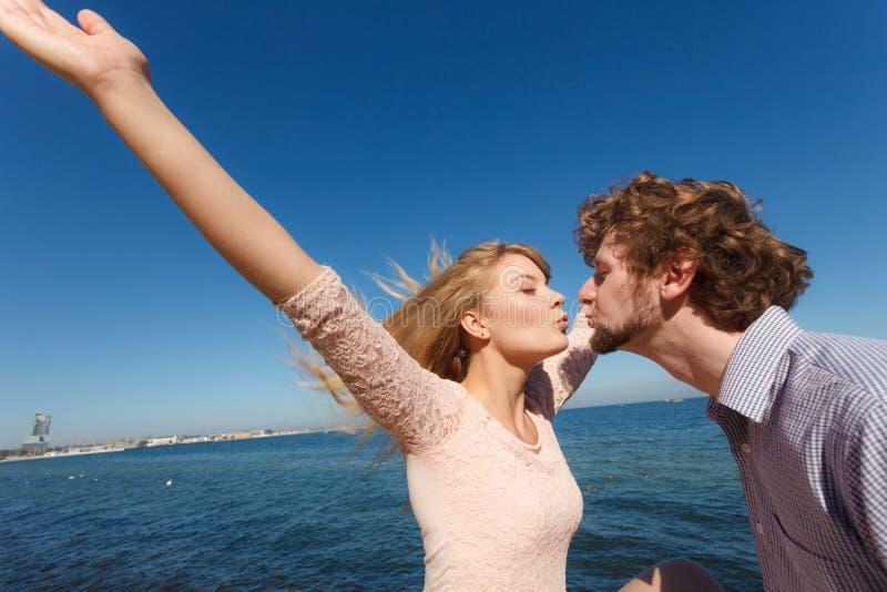 dating Paar in liefde het kussen royalty-vrije stock foto's