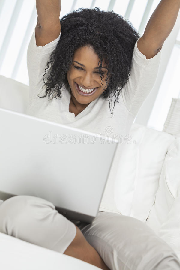 Dator för bärbar dator för afrikansk amerikankvinnaberöm royaltyfri foto