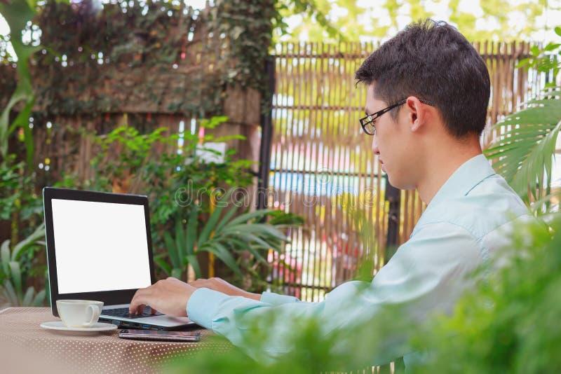 Dator för bärbar dator för personsammanträdeframdel öppen royaltyfri bild