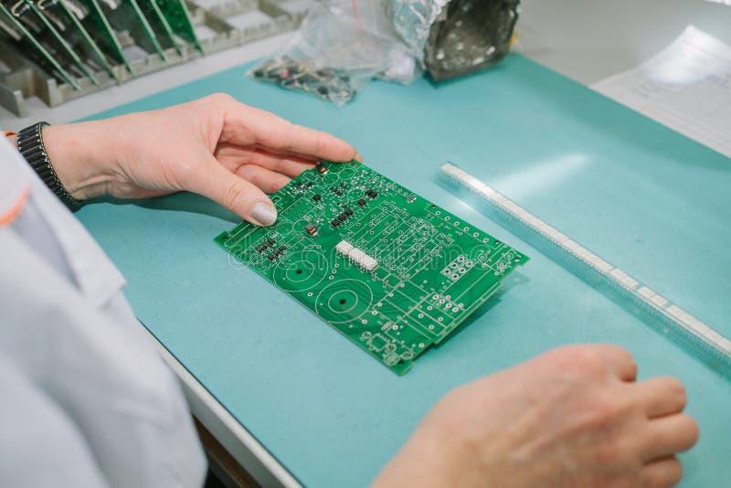 Dator för bräde för yrkesmässig tekniker för datorexpert undersökande i ett laboratorium i en fabrik teknisk service royaltyfri fotografi