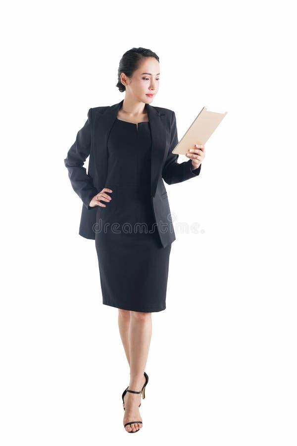 Dator för minnestavla för affärskvinna som hållande isoleras på den vita backgroen royaltyfria foton
