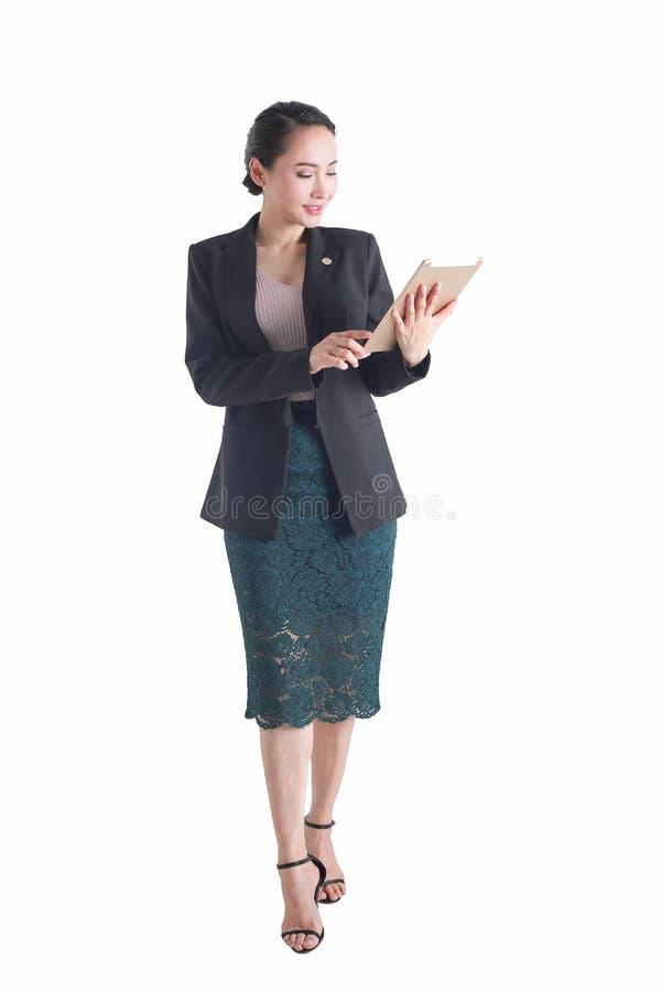 Dator för minnestavla för affärskvinna som hållande isoleras på den vita backgroen royaltyfri bild