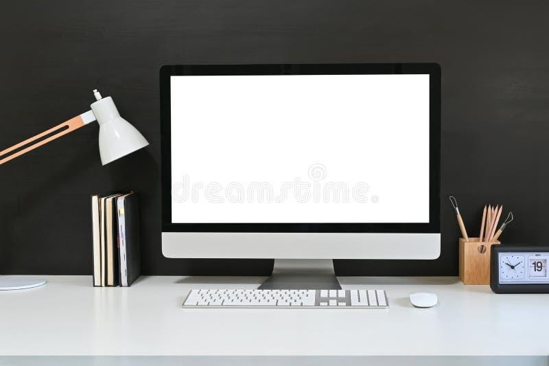 Dator för tom skärm i arbetsytan, Mockup-dator, lampa och tillbehör till hemmakontoret på vitt skrivbord arkivfoto