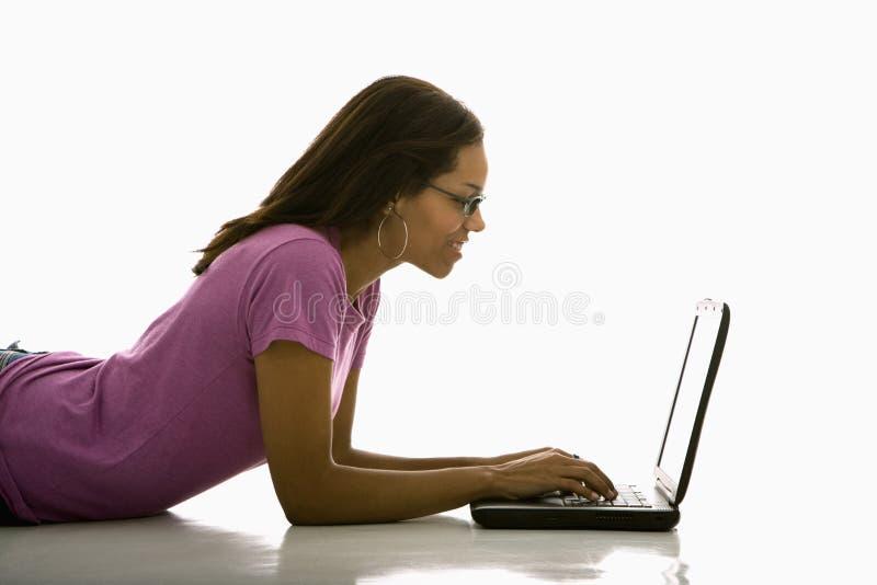 dator genom att använda kvinnan arkivbilder