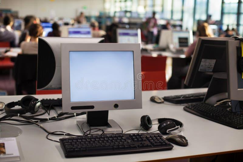 Dator i klassrum fotografering för bildbyråer