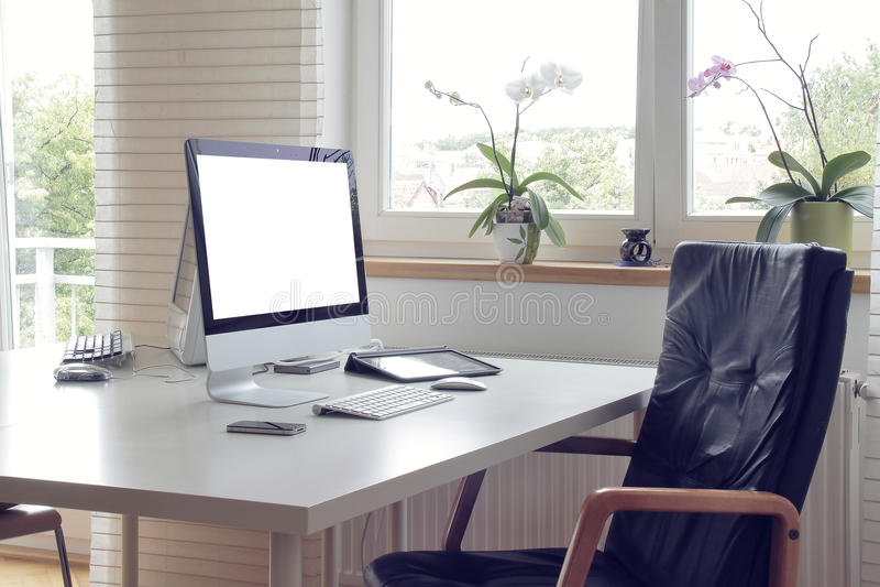 Dator i vitbakgrund arkivfoton