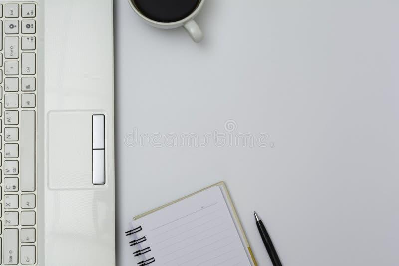 Dator med kontorsutrustning på vit bakgrund för teknologi och affärsidé arkivbild