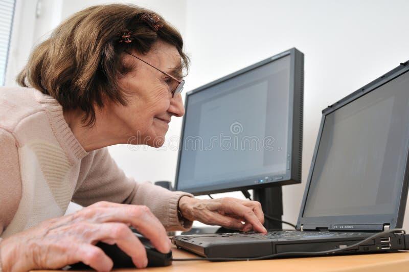 dator nog aldrig gammal hög kvinna royaltyfri bild