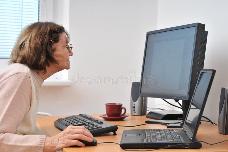 dator nog aldrig gammal hög kvinna royaltyfria bilder