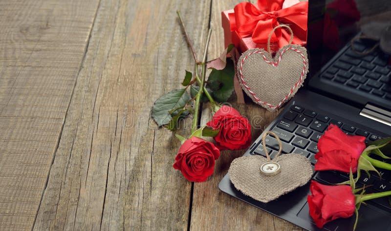 Dator och rosor royaltyfri foto