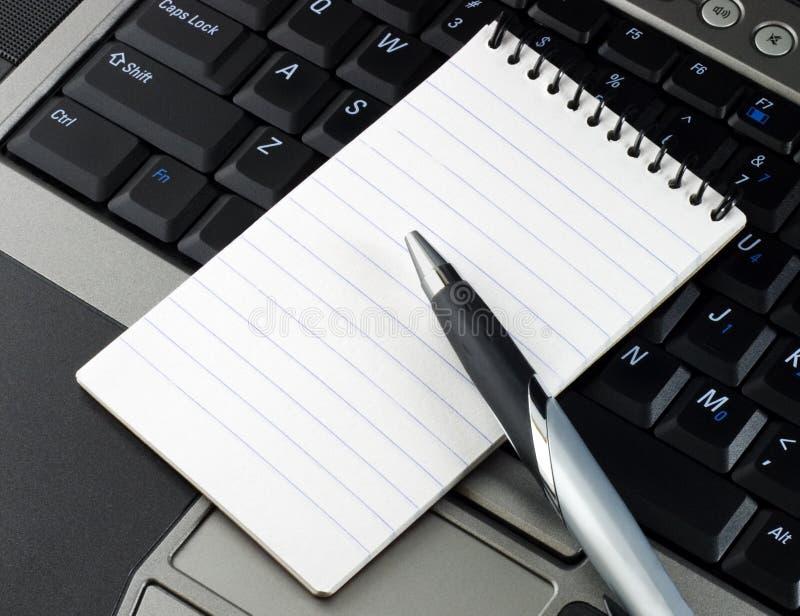 datoranteckningsbokpenna royaltyfri bild