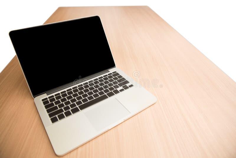 Datorbärbar dator med den tomma skärmen och mellanrumstangentbordet på trät arkivbilder