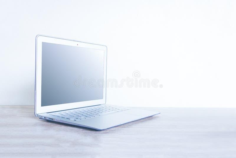 Datorbärbar dator på trätabellen royaltyfria bilder