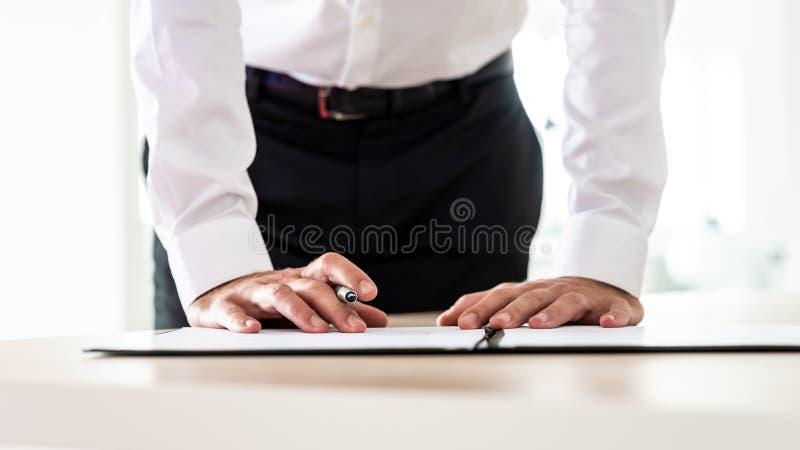 Datore di lavoro di affari che firma un modulo di domanda fotografie stock libere da diritti