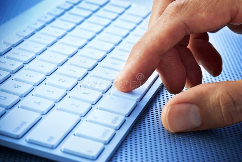 Datoren skrivar räcker fingrar