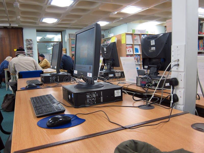 Datorer i ett offentligt bibliotek. royaltyfri foto