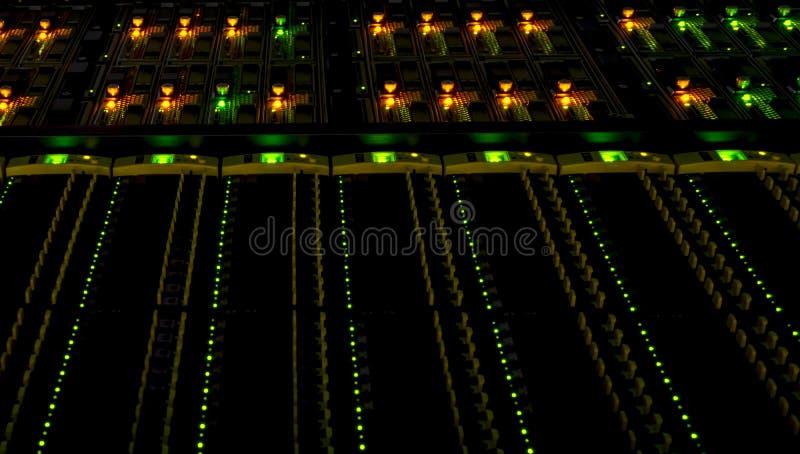 Datorer och serveror i datacenter Service för datalagring och moln arkivfoto