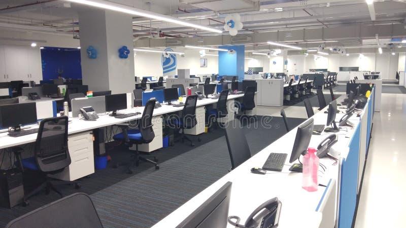 Datorer och telefoner i arbetsstationen ett informationsteknikföretag royaltyfri bild