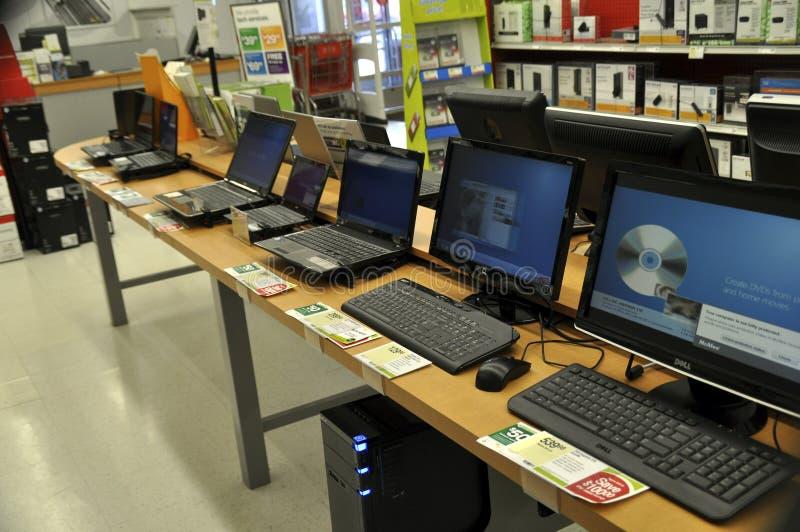 Datorer som är till salu i ett datorlager royaltyfri foto