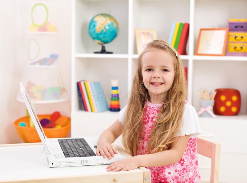 datorflicka henne bärbar dator little lokalworking royaltyfri foto