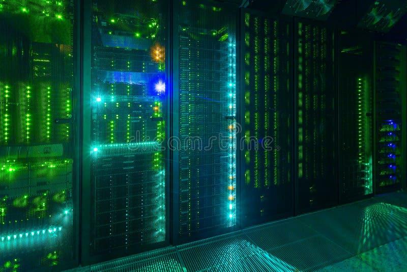 Datorhall serverrum internet- och nätverkstelekommunikationteknologi royaltyfri bild