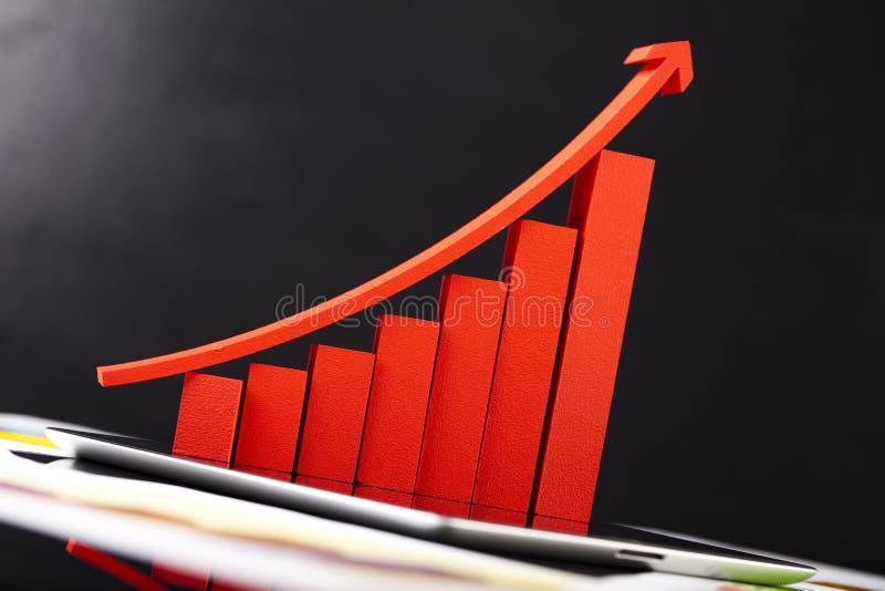 Datorminnestavla med den finansiella grafen arkivfoto