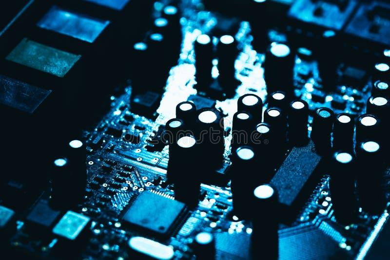 Datormoderkort i blå mörk bakgrundsnärbild royaltyfria bilder