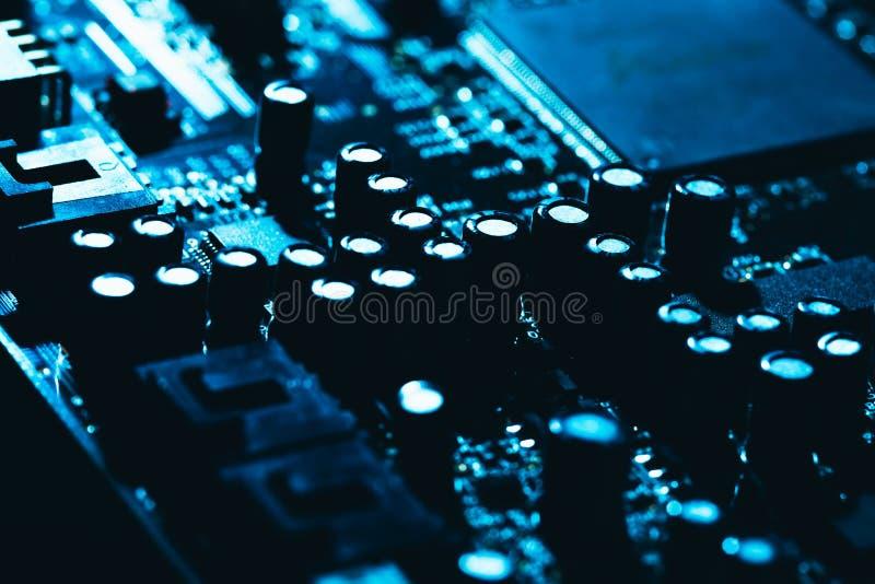Datormoderkort i blå mörk bakgrundsnärbild royaltyfri foto