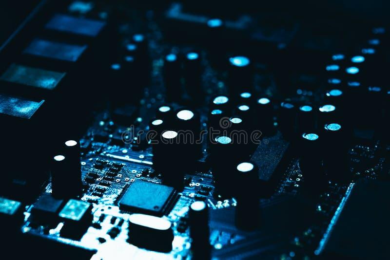 Datormoderkort i blå mörk bakgrundsnärbild royaltyfri fotografi
